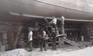 Porto Marghera, operai al lavoro su uno scafo, 1931/07 [n.00000175, Reale Fotografia Giacomelli, Comune di Venezia]