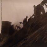1935. Operai al lavoro su cumuli di pirite alla Montecatini fertilizzanti.