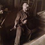 1937. Fabbrica Montevecchio: operai puliscono un fornetto.