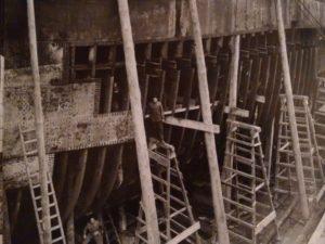 1940. Una nave in riparazione su uno scalo del cantiere navale Breda.