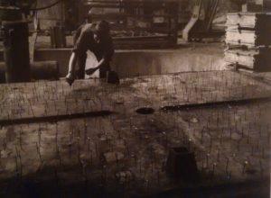 Primi anni '40. Preparazione di uno stampo nell'acciaieria Ilva.