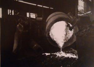 Primi anni '40. Pulitura di un recipiente da colata nell'acciaieria Ilva.