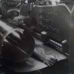 1938. Un operaio alla calandra nello stabilimento Leghe leggere.