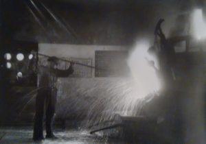 1938. Prove di colata in un fornetto dell'Ilva.