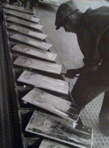 Porto Marghera, Montevecchio, un operaio alla colata di zinco, 1940 ca, [n.00000693, Bruno Stefani Archivio Resini]