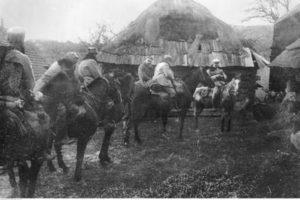 Józef Piłudski wraz z kawalerzystami legionowymi na drodze z Limanowej do Kamienicy.  1914. Ze zbiorów Narodowego Archiwum Cyfrowego.