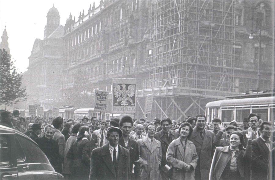 Lengyel címerrel vonulnak az egyetemisták a Kossuth Lajos utcán